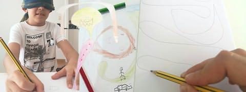 (Montagem fotográfica) Rapaz vendado desenhando a carvão, desenhos coloridos de braços compridos e cabeças redondas e mão traçando linhas onduladas a carvão